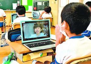 オンラインで那波多目さんの授業を受ける児童=上板町高瀬の高志小