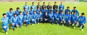 ロドリゲス新監督(前列中央)の下、J1昇格に向け始動した徳島ヴォルティスの選手たち=高知県春野運動公園球技場