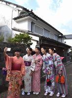 着物姿をスマートフォンで撮影する台湾の生徒=美馬市脇町のうだつの町並み
