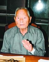 長崎で目撃した原爆などについて語る樫原哲男さん=阿波市市場町の自宅