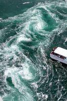 大潮を迎え、次々と現れる豪快な渦潮=鳴門市の「渦の道」から