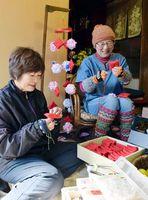つるしびなを作る藤本さん(左)と桂木さん=勝浦町坂本