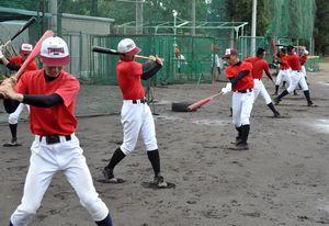 素振りで打撃フォームを確認する富岡西の選手