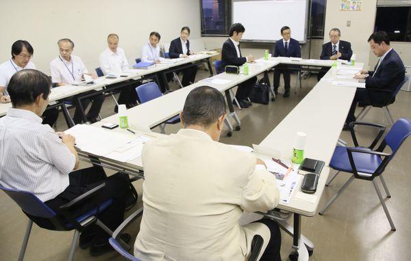 徳島市の阿波踊りの課題について話し合う有識者会議の委員ら=市役所