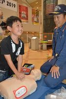 救急隊員から心肺蘇生法を教わる参加者=小松島市小松島町のショッピングプラザ・ルピア