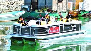進水式の後、出航する新周遊船=徳島市南内町2の新町川
