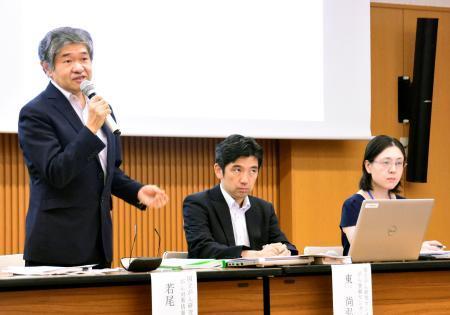 がんの生存率について説明をする国立がん研究センターの研究者ら。中央は東尚弘がん登録センター長=5日、東京都中央区の国立がん研究センター