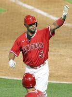 4月20日、レンジャーズ戦で本塁打を放ったエンゼルスのプホルス=アナハイム(共同)