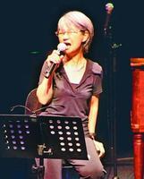 歌とトークで来場者を魅了した綾戸さん=阿南市文化会館夢ホール