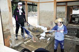 家の床下から土砂をかき出すボランティア=福岡県朝倉市杷木寒水
