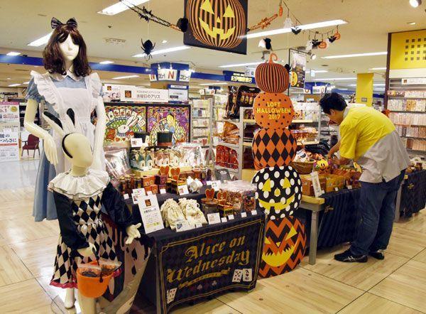 ハロウィーンの仮装用品などを集めた売り場=徳島市寺島本町西1の徳島ロフト