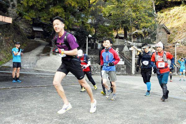 勢いよく走り出すランナー=阿南市加茂町の八幡神社