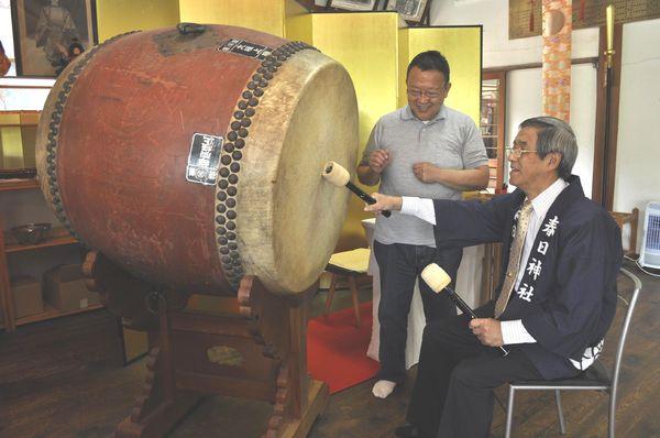 太鼓のたたき手を募集している岡山宮司(左)と福田会長=徳島市眉山町の春日神社
