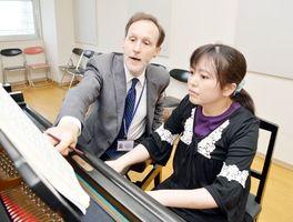 コンサート本番に向けてピアノレッスンに励む森兼さん(右)=徳島市の徳島文理大