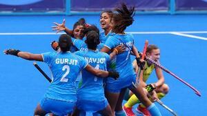 ホッケー女子準々決勝でオーストラリアを破り、抱き合って喜ぶインドの選手たち=2日、大井ホッケー競技場(ロイター=共同)