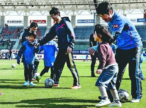 サッカー教室で笑顔を見せる親子連れ=鳴門ポカリスエットスタジアム