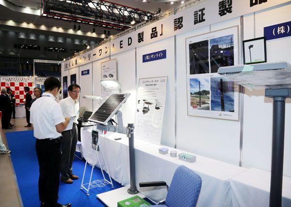 LEDの関連製品などが展示された「徳島ビジネスチャレンジメッセ2017」=徳島市のアスティとくしま