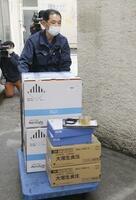 4月、台車で運ばれる自治体向けのワクチン=東京・八王子市保健所