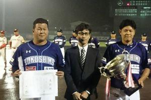 3年ぶりの日本一に輝き、賞状とカップを手に喜ぶ徳島の養父監督㊧と小林主将㊨=徳島市のJAバンク徳島スタジアム