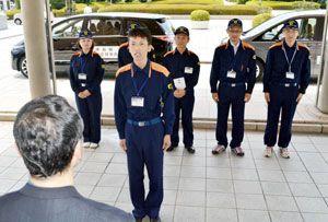 応援隊を代表して決意を述べる島田課長補佐=県庁正面玄関前
