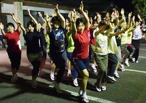 阿波踊り本番に向け練習に励む連員たち=徳島市雑賀町の護国神社