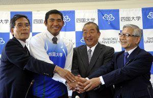 記者会見で笑顔を見せる幸長(左から2人目)=四国大