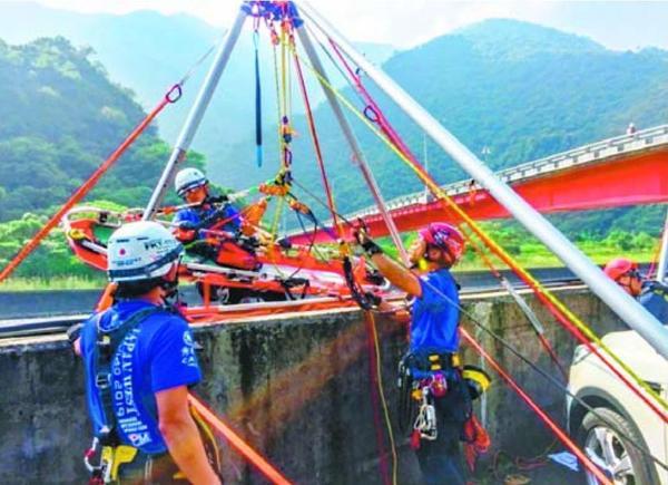 担架を運ぶ岸本さん(左から2人目)=10月25日、台湾・高雄市(岸本さん提供)