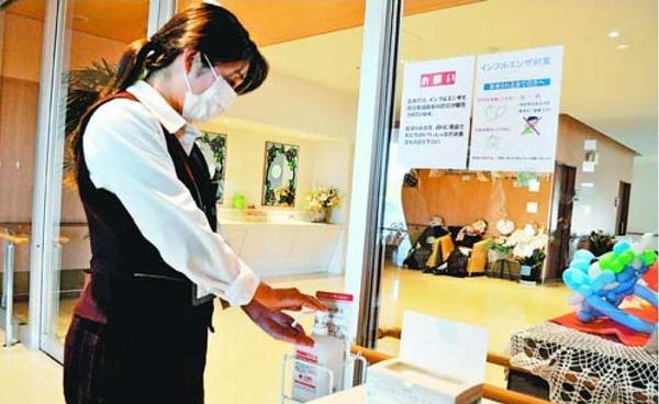 アルコール消毒やマスク着用などインフルエンザ対策を徹底している「仙寿園」の職員=徳島市住吉4