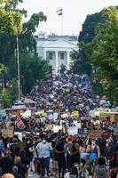 6日、米ワシントンのホワイトハウス前で抗議する人たち(AP=共同)