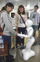 教習生に話し掛ける人型ロボット「ペッパー」=美馬市脇町の徳島わきまち自動車学校
