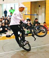 BMXの妙技を披露する森崎さん=阿南市のJパワー&よんでんWaンダーランド