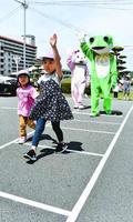 横断歩道の渡り方を学ぶ園児=小松島市中郷町西野の小松島教習所
