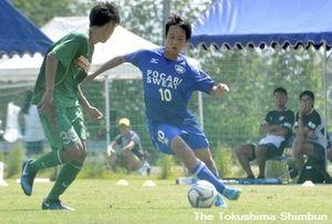 2得点の徳島ヴォルティスユースの藤原志龍(右)=徳島スポーツビレッジ