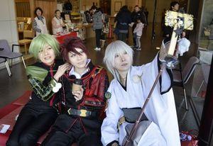 コスプレ姿で記念撮影を楽しむ来場者=徳島市の徳島城博物館