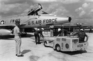 米軍嘉手納基地で戦闘機に装着される核爆弾。写真は水爆「MK28」で撮影日は1962年10月23日となっている(国家安全保障公文書館提供、米国立公文書館所蔵)