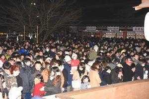 大勢の参拝客でにぎわう境内=1日午前0時すぎ、鳴門市の大麻比古神社