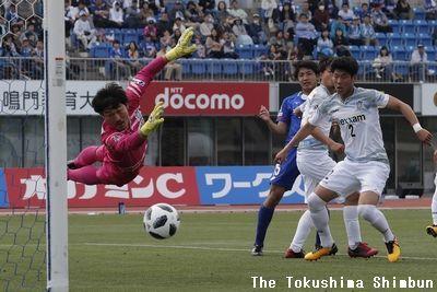 徳島対讃岐 前半、徳島の井筒(左から2人目)が頭で狙うもシュートはポストに阻まれる=鳴門ポカリスエットスタジアム