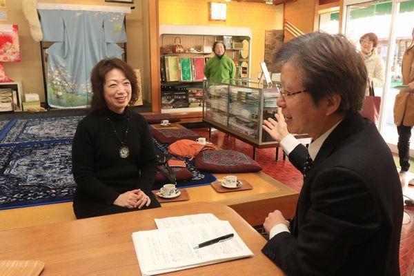 中小企業診断士からアドバイスを受ける松屋呉服店の柴山さん(左)=阿南市富岡町