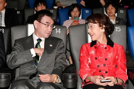 「2019北京・日本映画週間」の開幕式を前に、言葉を交わす河野外相(左)と俳優の栗原小巻さん=14日、北京(共同)