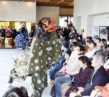 獅子舞を楽しむ観客=徳島城博物館