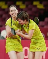 女子団体準決勝 香港戦の第1試合で勝利し、笑顔で喜ぶ石川佳純(左)、平野美宇組=東京体育館