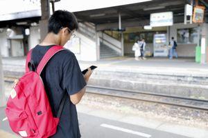 ホームでポケモンGOを楽しむ男性=徳島駅