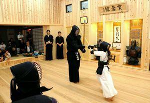 完成を祝って剣道の稽古が披露された寶壽館=吉野川市の醫光寺
