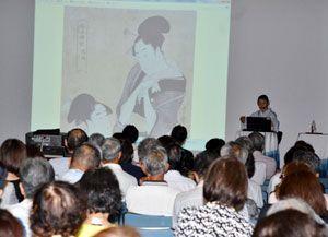 浮世絵が描かれた当時の時代背景などを解説する森山さん=徳島市のあわぎんホール
