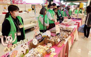 徳島県内の障害者施設で作られた製品を販売する「ナイスハートバザール」=藍住町のゆめタウン徳島