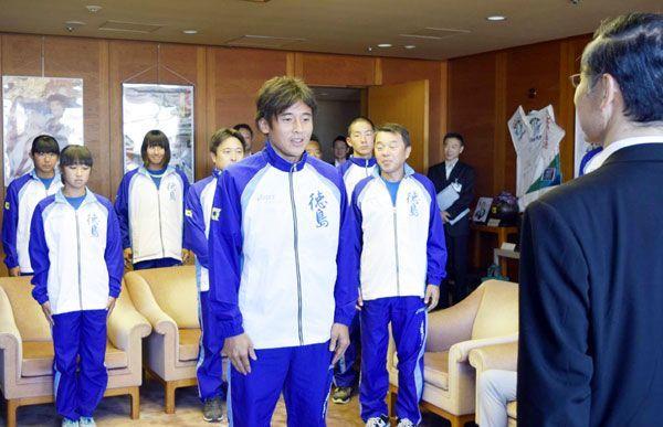 選手団を代表して決意表明する美濃選手(中央)=県庁