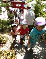 山開きした弁天山で登山を楽しむ子どもたち=徳島市方上町
