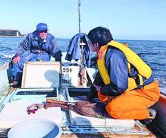 定置網体験プランの作成に向けて話し合う小松島漁協の漁師(左)と小松島市職員=2019年12月、同市(イーストとくしま観光推進機構提供)