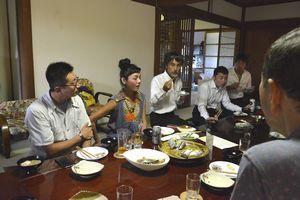 住民と食事を楽しみながら情報交換する移住希望者(左の2人)ら=佐那河内村上