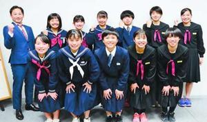 全日本U―15フットサルに四国地区代表として出場する徳島県のSTORYメニーナの選手ら=6日、徳島新聞社